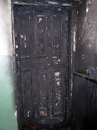 Деревянные двери сгорали вмиг, а бронированные жильцы тушили самостоятельно.
