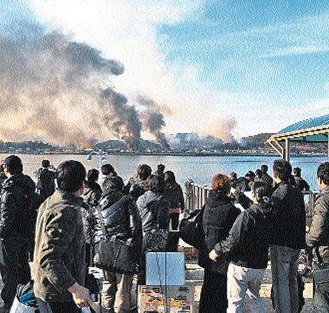 Эвакуированные с острова южнокорейцы пытаются понять, чей дом горит - их или соседа.