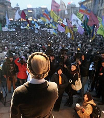 Спустя шесть лет снова на Майдане митингующие, на сцене - Тимошенко.