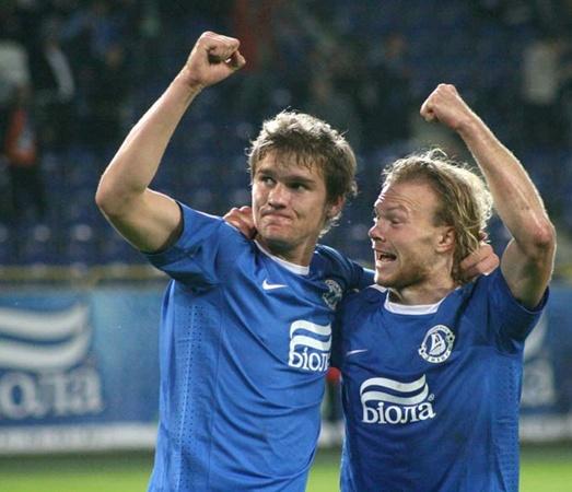 Александр Гладкий (слева) радуется одному из редких своих голов за «Днепр».