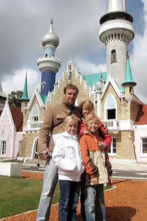 Семья Солонец посетила в Аргентине детский городок.