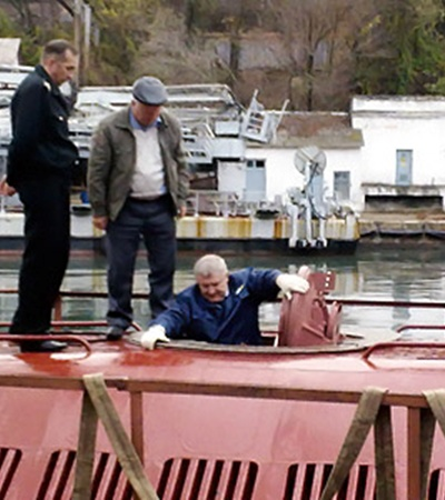 Михаил Ежель лично проверил каждый закоулок подводной лодки.