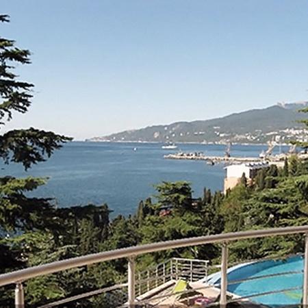Вот в этом живописном местечке Заворотнюк купила апартаменты с великолепным видом на море.