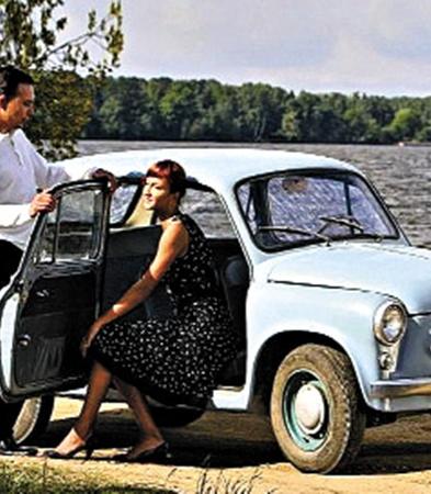 С помощью таких постеров в СССР призывали покупать автомобиль, который каждому по карману.