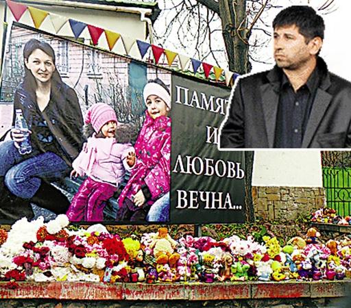 Место, где погибли жена и дети Данилы Воронкова, горожане превратили в Стену плача: приносят сюда цветы, игрушки, зажигают свечи...