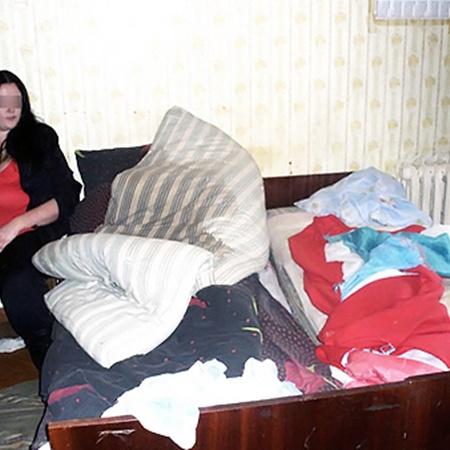 23-летння Юля приехала на заработки в Полтаву из Комсомольска, училась вместе с Аней в училище, а потом уговорила переехать к ней.