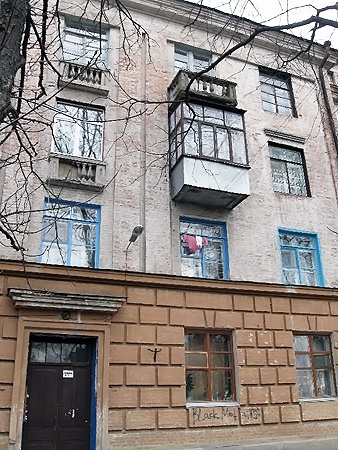 Дом, из которого выпрыгнула девушка (балкон верхний, грязный, справа от двери).