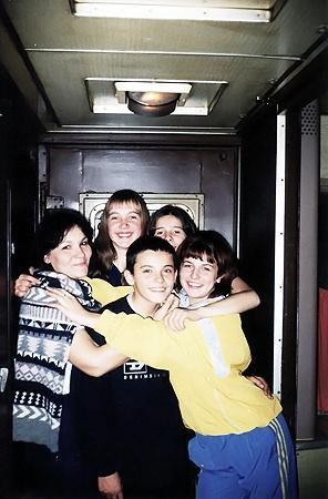 Будущая фотомодель обожала путешствовать на каникулах вместе со своим классом (на снимке она - крайняя справа).