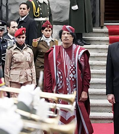 Муамар Каддафи любит окружать себя женщинами. Даже среди его телохранителей - одни красавицы.