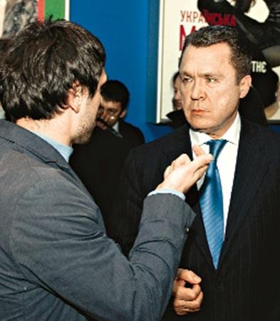 Кинопродюсер Олег Кохан раскрывает тонкости кинопроцесса председателю Госкоминформа Владимиру Семиноженко.
