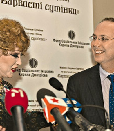 Людмила Марковна благодарит за поддержку бизнесмена и инвестора Кирилла Дмитриева, чей фонд социальных инициатив поддержал «Пестрые сумерки» на этапе производства.