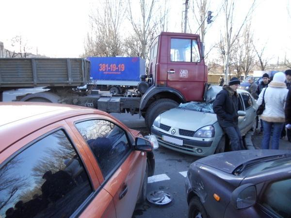 Столкнулись три авто. Фото: ura.dn.ua