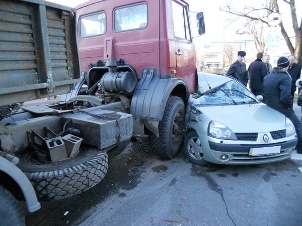 После аварии от автомобиля «Рено» осталась одна левая часть. Фото: ura.dn.ua