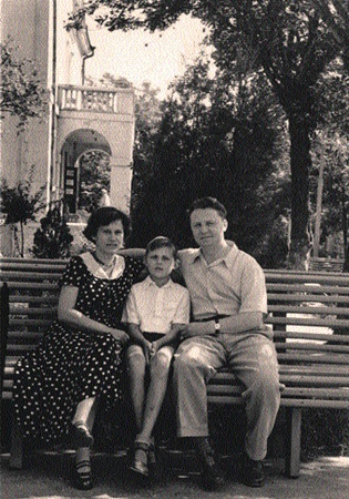 Егор Кузьмич с супругой Зинаидой Ивановной и сыном Сашей. Новосибирск, 1958 год.