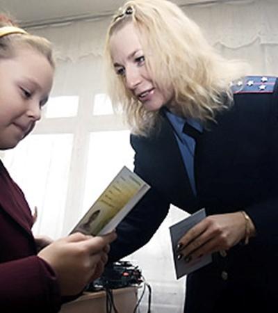 Удостоверения юных инспекторов движения школьникам вручала старший инспектор ГАИ Днепровского района Юлия Сухомлин.