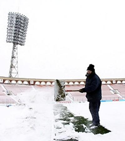 Так выглядело поле минского стадиона до того, как его начали очищать от снега.