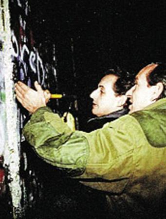 Саркози (в центре) у себя на странице любит вспоминать былое: вот он в 1988 году расписывается на Берлинской стене.