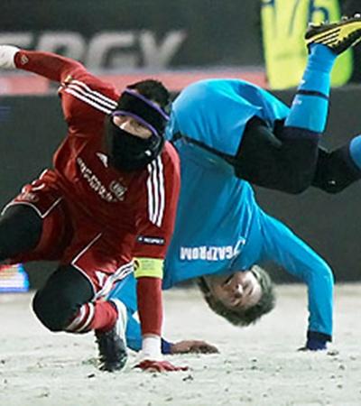 Футболистам «Зенита» приходилось стоять на голове, чтобы не окоченеть.