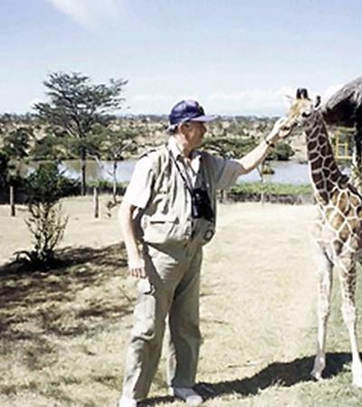 В Кении с домашним любимцем жирафой Жеммимой. Когда она выросла, Фред выпустил ее в дикую природу.