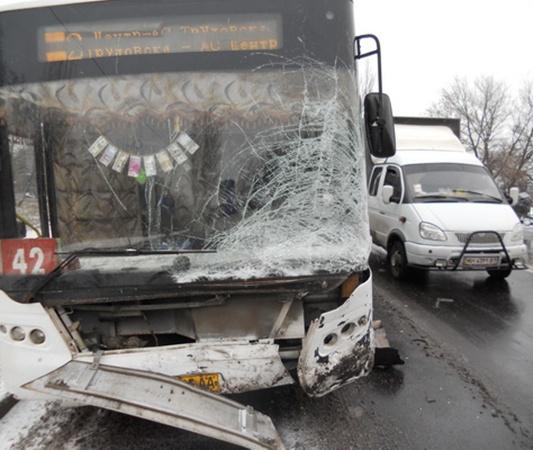 «Чери Амулет» столкнулся «лоб в лоб» с автобусом «ЛАЗ» 42 маршрута. Фото: ura.dn.ua.