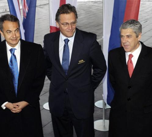 Премьеры Испании (слева) и Португалии (справа) с генсеком ФИФА.
