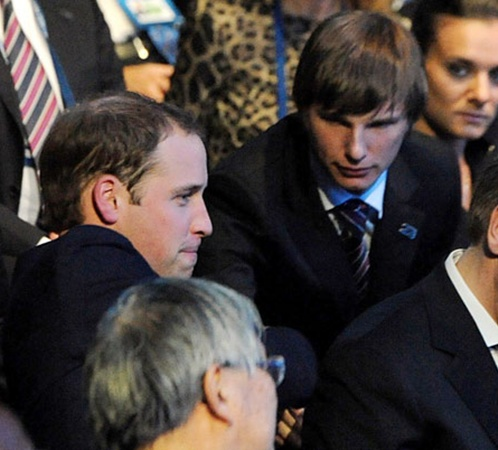 Принцу Уильяму (слева), который сидел рядом с Андреем Аршавиным, пришлось в результате уйти по-английски.