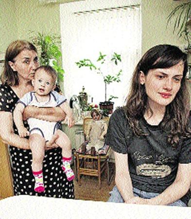 Юлия Юдинцева (на фото она справа) считает, что она и ее мать смогут достойно воспитать Нюсю.