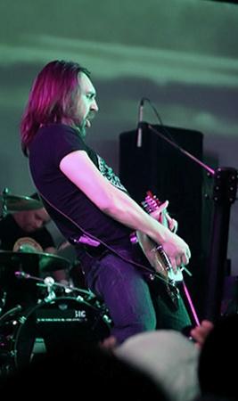 На концерте в Киеве Шнур вел себя пристойно - штанов не спускал и гитар не бил.