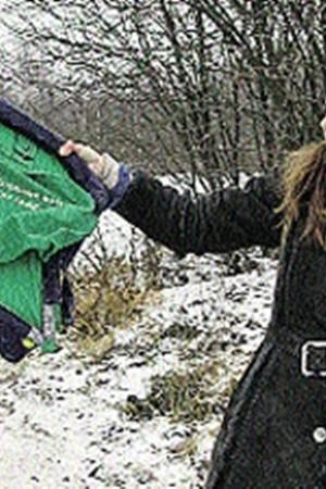 Спецкор «КП» Евгения Супрычева с частью кресла, найденным на месте падения самолета.