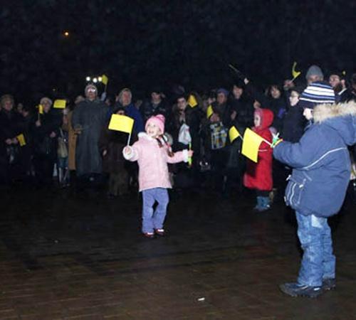 Сотни людей пришли на бульвар, для того, чтоб отпраздновать Хануку. Фото: www.jewish.donetsk.ua.