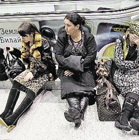 Суббота, аэропорт «Домодедово». Выжившие пассажиры злополучного рейса приходят в себя после пережитого шока.
