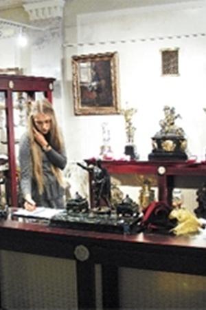 Экспонаты антикварной лавки рассчитаны на состоятельных покупателей.