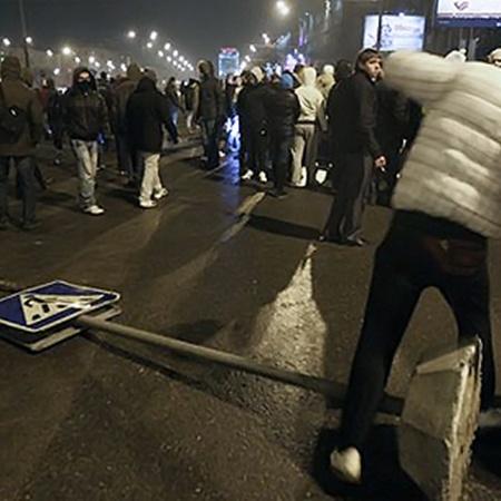 Акция памяти убитого болельщика закончилась погромами и перекрытием Ленинградского проспекта.