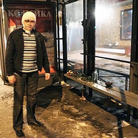 На этой остановке Свиридов с друзьями ловили такси и встретили кавказцев. Дмитрия (на фото) они били ногами по голове. В остальных еще и стреляли.