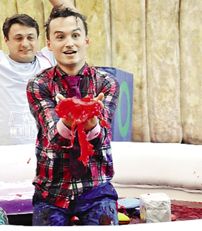 В конце съемок участники «отомстили» ведущему Денису Манжосову за все его пакости.