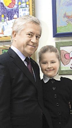 Анатолий Кинах пришел на выставку с дочкой Софией.