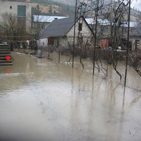 Улицы сел залиты водой и грязью.