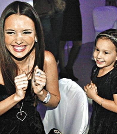 ...ее сестра Лиза развлекала племянницу.