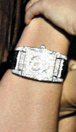 Часики Лизы, по подсчетам ювелиров, стоят не меньше 15 тысяч долларов.