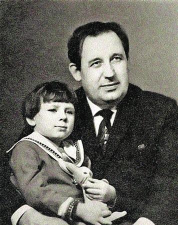 Михаил Хвастунов с Оленькой. Ее-то и хотел удочерить, сделать королевой друг семьи Вольф Мессинг. 1968 г.