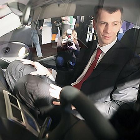 В кросс-купе Прохорову было совсем тесновато. На фото переднее сиденье отодвинуто вплотную к заднему.