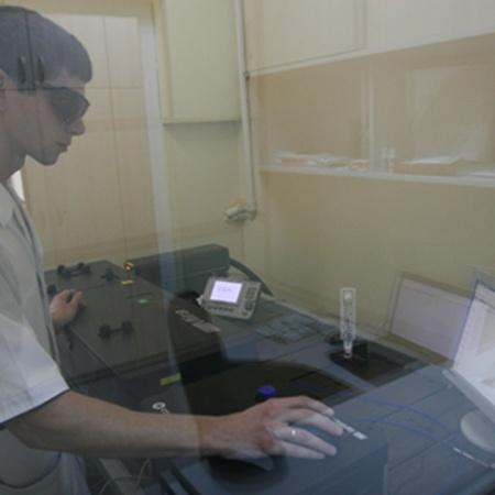 А в комнате за стеной внушительная установка генерирует излучение нужного спектра.