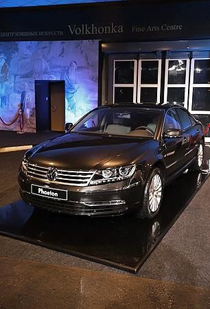 Собственно виновник торжества - седан представительского класса Volkswagen Phaeton.