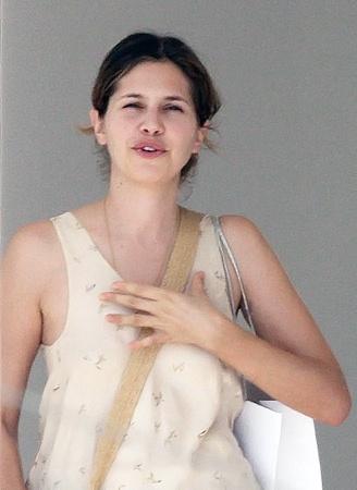 Даша ЖУКОВА гуляет по острову безо всякого макияжа.