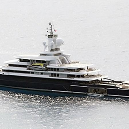 На остров семейство олигарха приплыло на собственной яхте Luna.