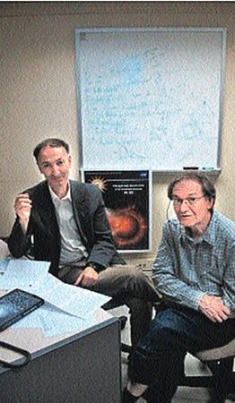 Роджер Пенроуз (справа) и Ваган Гурзадян утерли нос креационистам.
