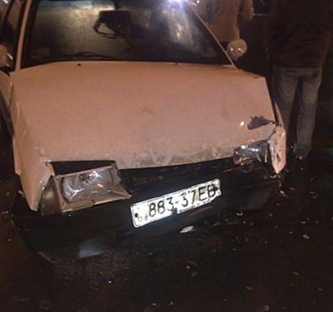 Девушка, за авто «Ниссан» выскочила на встречку и въехала «Мерседес», а затем налетела на «Мазду». Фото: novosti.dn.ua