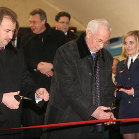 Три новые станции метро торжественно открыли премьер-министр Украины Николай Азаров и глава киевской горадминистрации Александр Попов.