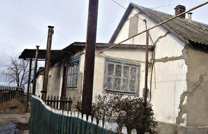 Сейчас семья Васильевых ютится в потрескавшемся доме. Но ради детей там делают ремонт.