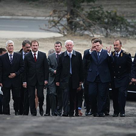 Открывали движение по мосту руководители страны и города.